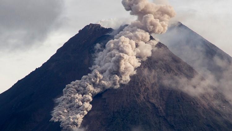 Indonesia's Mount Merapi produces thunderous eruption