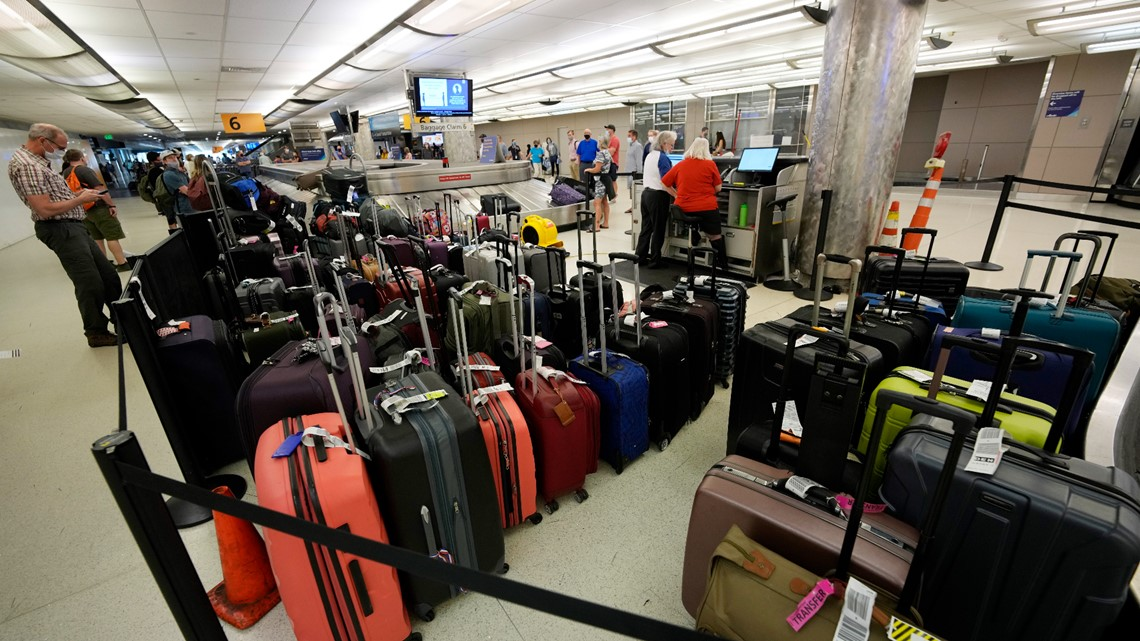 US to require airlines to refund fees on baggage if delayed
