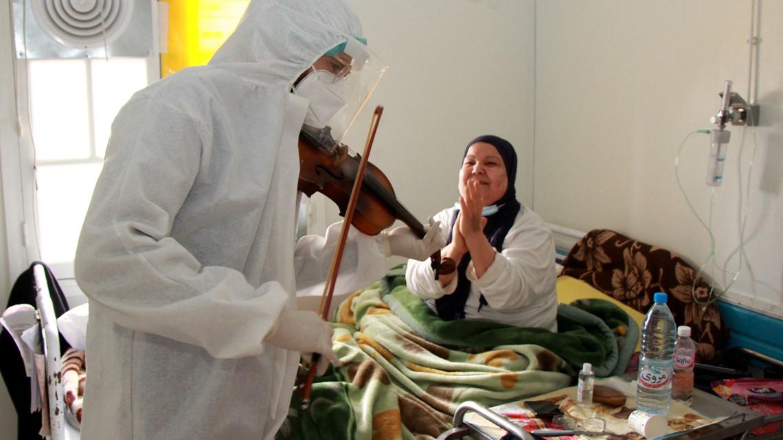 Image Doctor plays violin for COVID-19 patients in Tunisia
