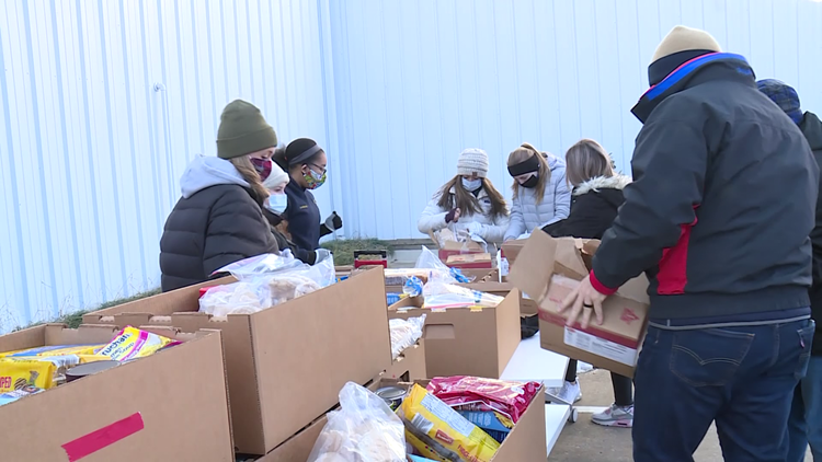 Kiwanis gives away 500 boxes of food on Christmas Eve in Bentonville