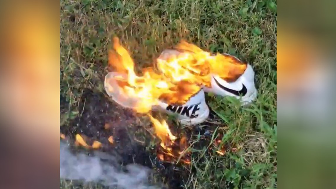 cinta teoría consumirse  People are burning their Nike shoes in protest of Colin Kaepernick
