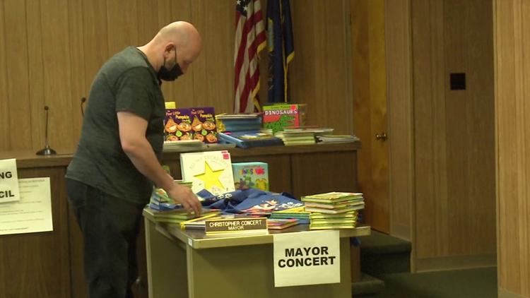 Swoyersville Mayor donating books to students