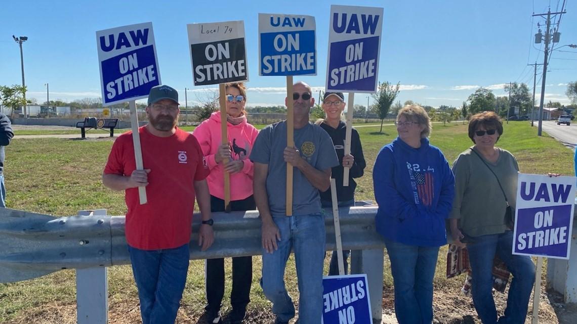Iowa politicians react to first John Deere strike since 1986