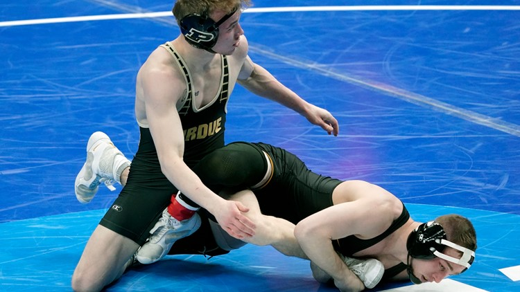 Hawkeyes build lead, send 5 wrestlers to national semifinals
