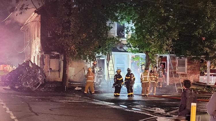 Casa en el municipio de West Cocalico en llamas después de que 2 vehículos se estrellan contra ella después de accidente
