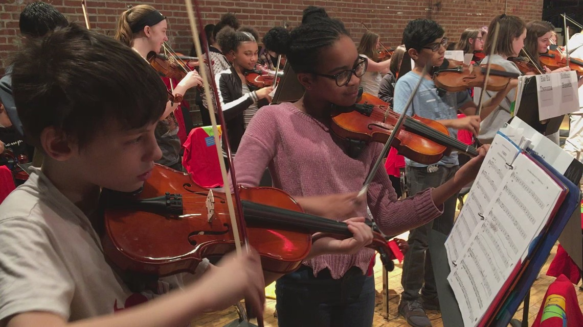 World-renowned violinist plays with Rock Island High School orchestra