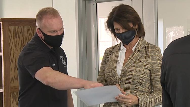 Congresswoman Cheri Bustos tells Thomson prison staff, help is on the way