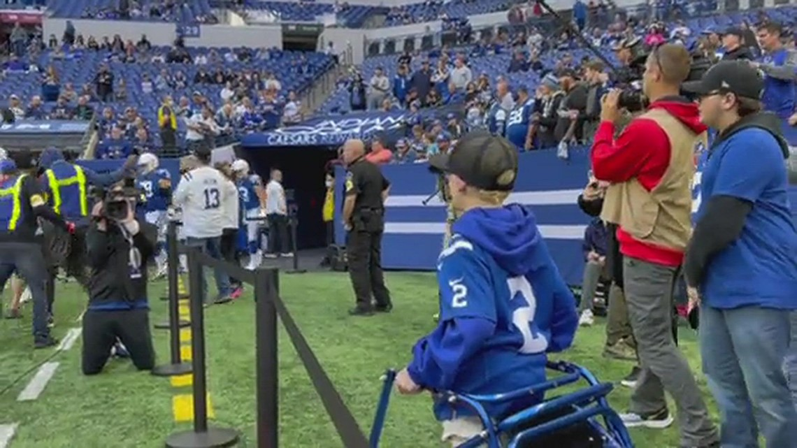 WATCH: Carson Wentz comes out to hug young fan before Colts-Texans game