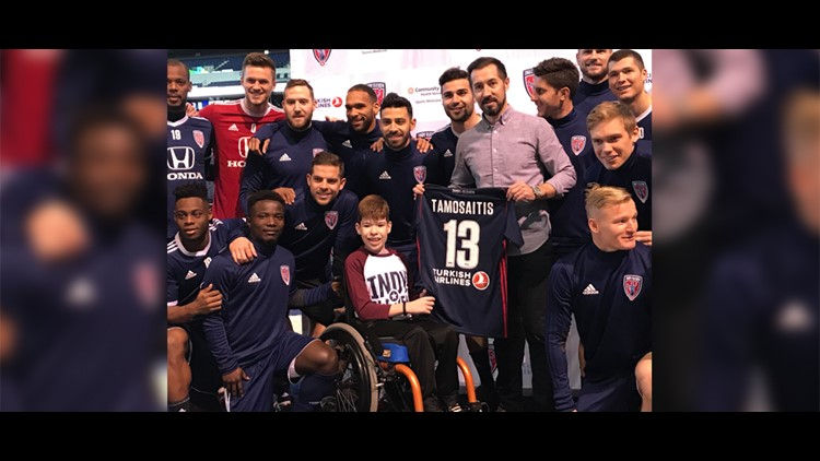 Indy Eleven signs young fan to contract before Lucas Oil Stadium opener