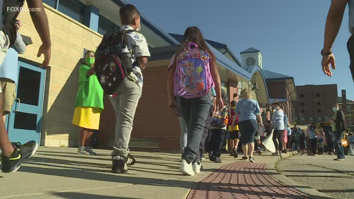 Welcoming committee makes first day of school special for New London students
