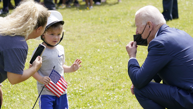 Four-year-old boy gets spontaneous photoshoot with President Biden during Yorktown visit
